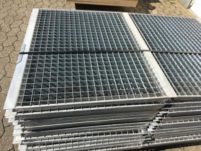 Gitterrostboden mit Winkelkragen 890x750x30mm / Regaltiefe 750mm
